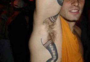 Total verrückte Achsel-Tattoos