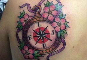 40 wundervolle Kompass Tattoos